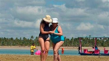 Leandra Leal ajuda mãe, Ângela Leal, a caminhar na areia em foto rara das duas juntas