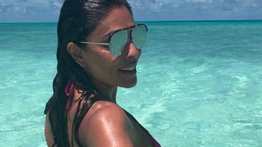 Juliana Paes exibe bumbum bronzeado em viagem nas Ilhas Maldivas