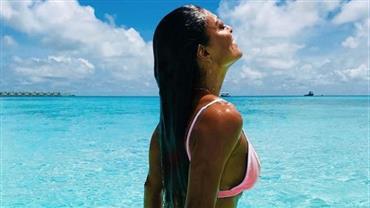 Juliana Paes se despede das férias nas Ilhas Maldivas com foto sexy no mar