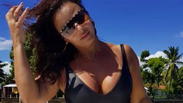 """Viviane Araújo posta foto de maiô em paisagem paradisíaca e fãs elogiam: """"Muito rainha"""""""