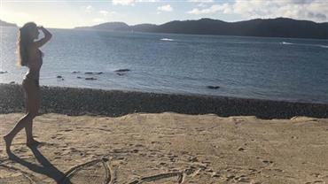Patrícia Poeta posta foto de biquíni em praia da Austrália e vibra com a chegada da sexta-feira