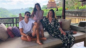 """Enzo Celulari posa com Claudia Raia e a irmã em Bali: """"Protegido por elas"""""""
