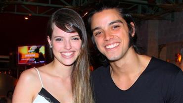 Agatha Moreira e Rodrigo Simas trocam beijos em festa de aniversário de atriz
