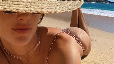 Alessandra Ambrosio posa de biquíni e exibe bumbum à milanesa