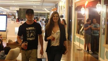 De copo na mão, Camila Queiroz e  Klebber Toledo passeiam em shopping e atraem olhares