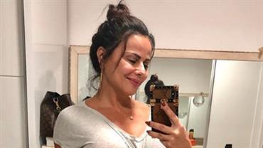 """Viviane Araújo posa sem sutiã e fã repara: """"Farol tá aceso"""""""