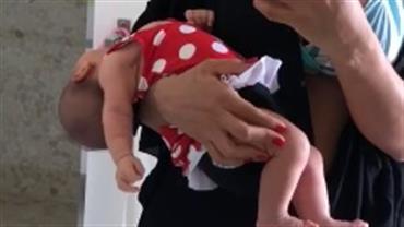 Mayra Cardi carrega filha em posição estranha e causa polêmica na internet