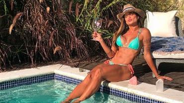 """Aline Riscado posa de biquíni em piscina e conquista elogios: """"Beleza incomparável"""""""