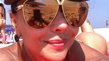 Viviane Araújo mostra bumbum volumoso na praia e flagra amiga em momento inusitado