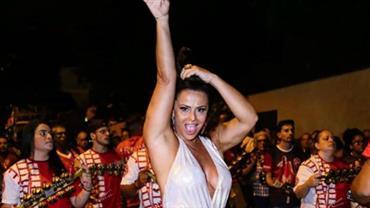 Viviane Araújo cai no samba de shortinho e exibe pernas torneadas