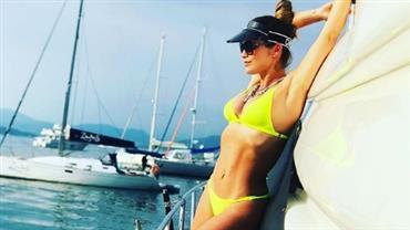 """Flávia Alessandra posta foto de biquíni neon e fã elogia: """"Um furacão"""""""