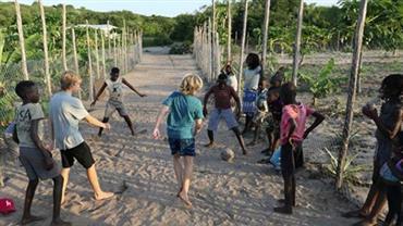 Luciano Huck mostra os filhos jogando futebol com crianças na África: ''Linguagem universal''