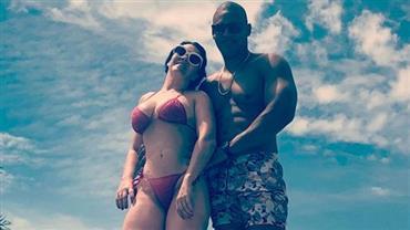 Simony posa de biquíni ao lado do marido e exibe curvas aos 42 anos