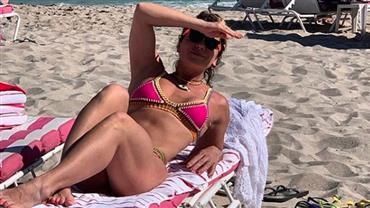 """Giovanna Antonelli posa de biquíni em Miami e fã repara: """"Que pernas torneadas"""""""