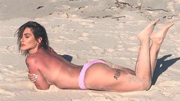 """Cleo sensualiza de topless em praia e fã dispara: """"À milanesa é melhor"""""""