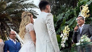 Carol Dantas casa-se com Vinícius Martinez e filho de Neymar leva as alianças