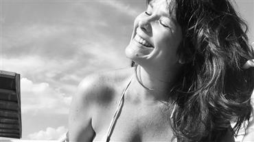 """Samara Felippo posa de biquíni e fala de aceitação: """"Maravilhosa com minha barriguinha sorrindo"""""""
