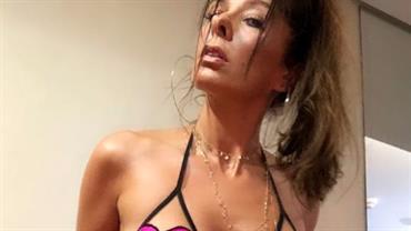 """Aos 46 anos, Adriane Galisteu posa nua para mostrar bota: """"Vontade de usar só ela"""""""