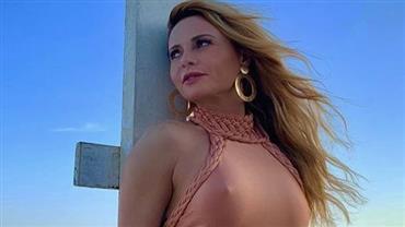 """Aos 47 anos, Rita Guedes posa de maiô e seguidor conclui: """"O tempo não passa para essa mulher"""""""