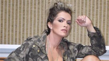 """Fani Pacheco revela lingerie ao posar com camisa aberta e avisa: """"Sou brava"""""""