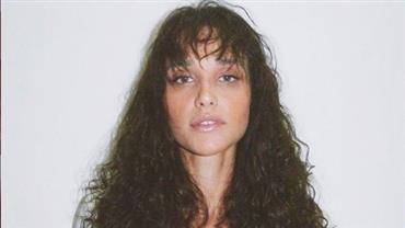 """Débora Nascimento posta foto rara biquíni e ganha elogio de fã: """"Seria um avião?"""""""