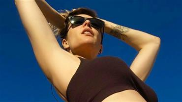 Fernanda Lima exibe barriga de gravidez e mostra tatuagem em clique de biquíni