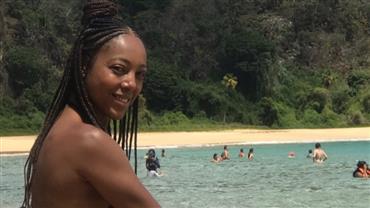 Aos 39 anos, Negra Li exibe corpo em forma em cliques de biquíni