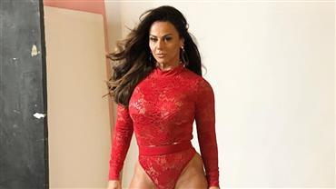 Viviane Araújo posa com lingerie cavadíssima e internautas reparam em detalhe íntimo