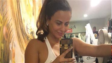 Viviane Araújo ignora o frio e deixa abdômen definido à mostra na academia