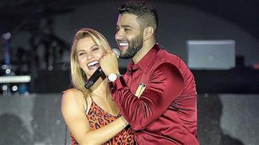 """Gusttavo Lima anuncia 3º filho em show e Andressa Suita é flagrada """"rindo de nervoso"""""""