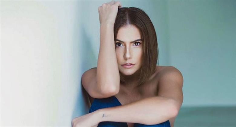 Cara assustada? Deborah Secco posa de topless e explica olhos arregalados em foto