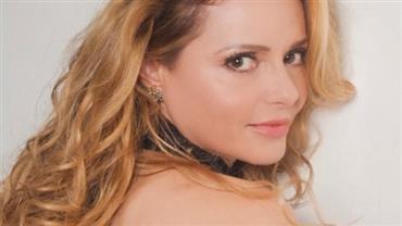 Aos 47 anos, Rita Guedes posa de biquíni e deixa tatuagem à mostra