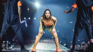 """Anitta dá espiadinha em """"volume"""" de dançarino em show e vídeo viraliza"""