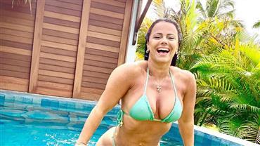 De biquíni, Viviane Araújo exibe corpão e posta fotos em piscina