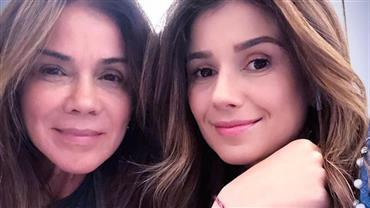 """Paula Fernandes lembra passado difícil em homenagem à mãe: """"Vida sofrida"""""""