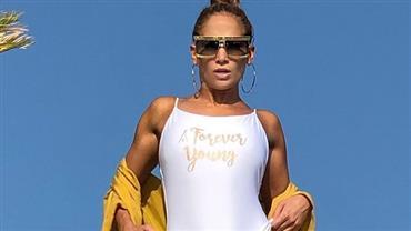 """Aos 50 anos, Jennifer Lopez exibe """"virilha sarada"""" ao posar com maiô"""