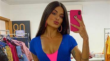 """Aline Riscado mostra curvas em look colado e seguidor repara em """"pose do peidinho"""""""