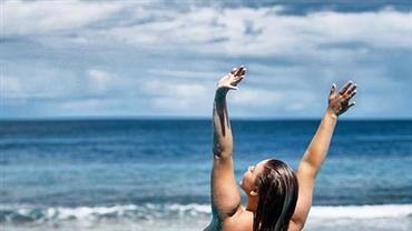 Plus size, Ashley Alexiss exibe corpo natural e faz topless em viagem