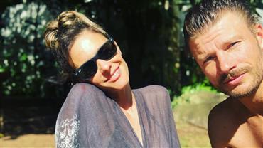 Grávida, Fernanda Lima ganha beijo de Rodrigo Hilbert no barrigão