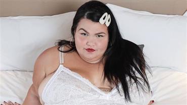 """Grávida, Thais Carla posa de lingerie e aconselha: """"Ame seu corpo, não o maltrate"""""""