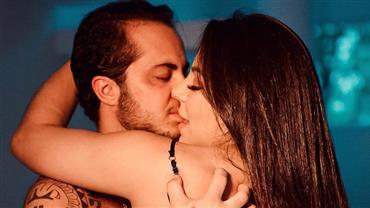 Andressa Ferreira mostra barrigão em foto com Thammy Miranda e tamanho impressiona fãs