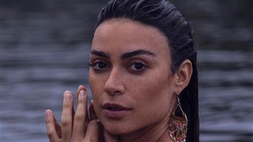 """Thaila Ayala posa nua dentro de rio e reflete: """"Filha da natureza, feita de água doce"""""""