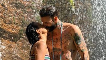 "De biquíni, Gleici Damasceno beija Wagner Santiago em cachoeira: ""Te amo"""