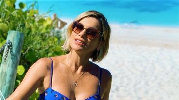 Flávia Alessandra exibe bumbum ao posar de biquíni em iate em Malta