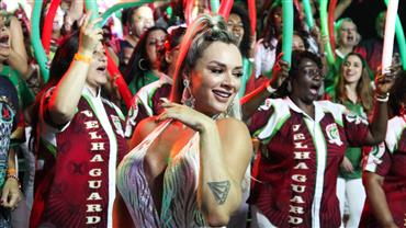 Juju Salimeni encanta público sambando com vestido transparente
