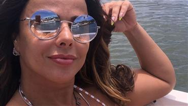 """De biquíni, Viviane Araújo """"rala"""" bumbum na areia ao esquiar em dunas na Bahia"""