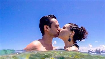 Ex-Chiquititas exibe bumbum ao lado de marido em praia de nudismo