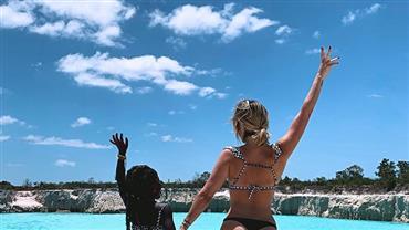 Giovanna Ewbank posa com Titi em lugar paradisíaco no Ceará