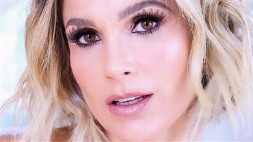 """Aos 45 anos, Flávia Alessandra posa de biquíni e fã pergunta: """"Essa mulher não envelhece?"""""""