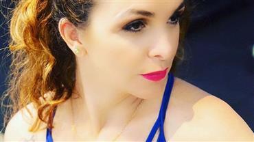 """Ex-musa da banheira, Luiza Ambiel posa decotada aos 47 anos e fã pede: """"Me chama de sabonete"""""""